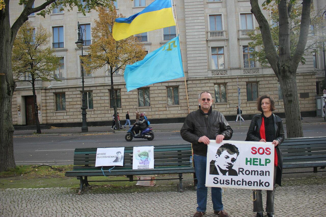 Напротив посольства России в Берлине
