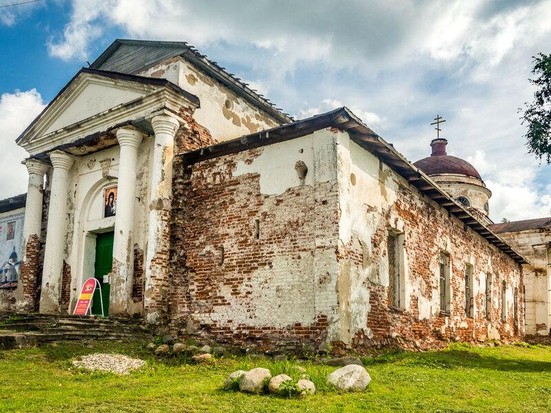 Рядом с монастырём сохранился Казанский храм, бывший некогда кафедральным собором города.