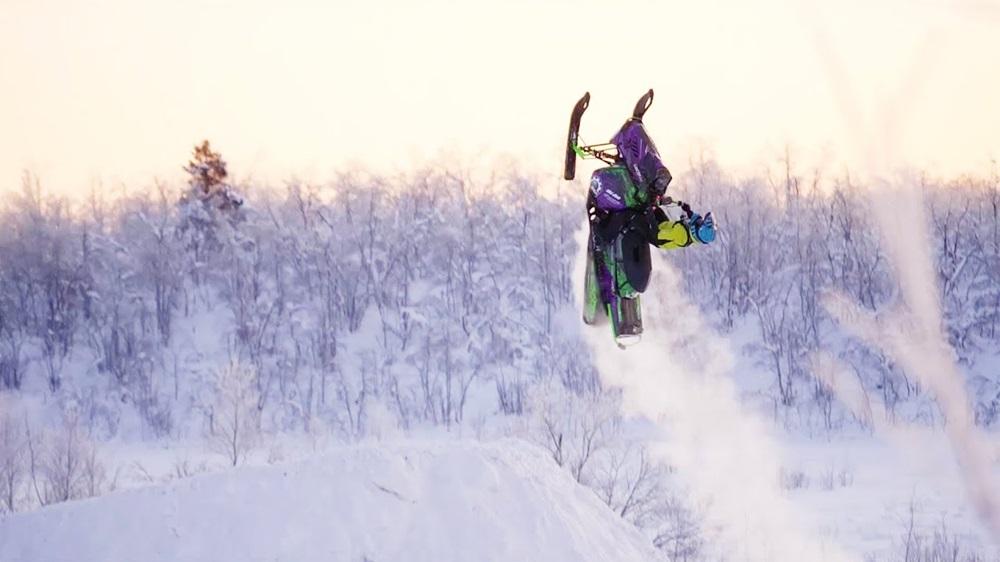 Девушка сделала бэкфлип на снегоходе (видео)