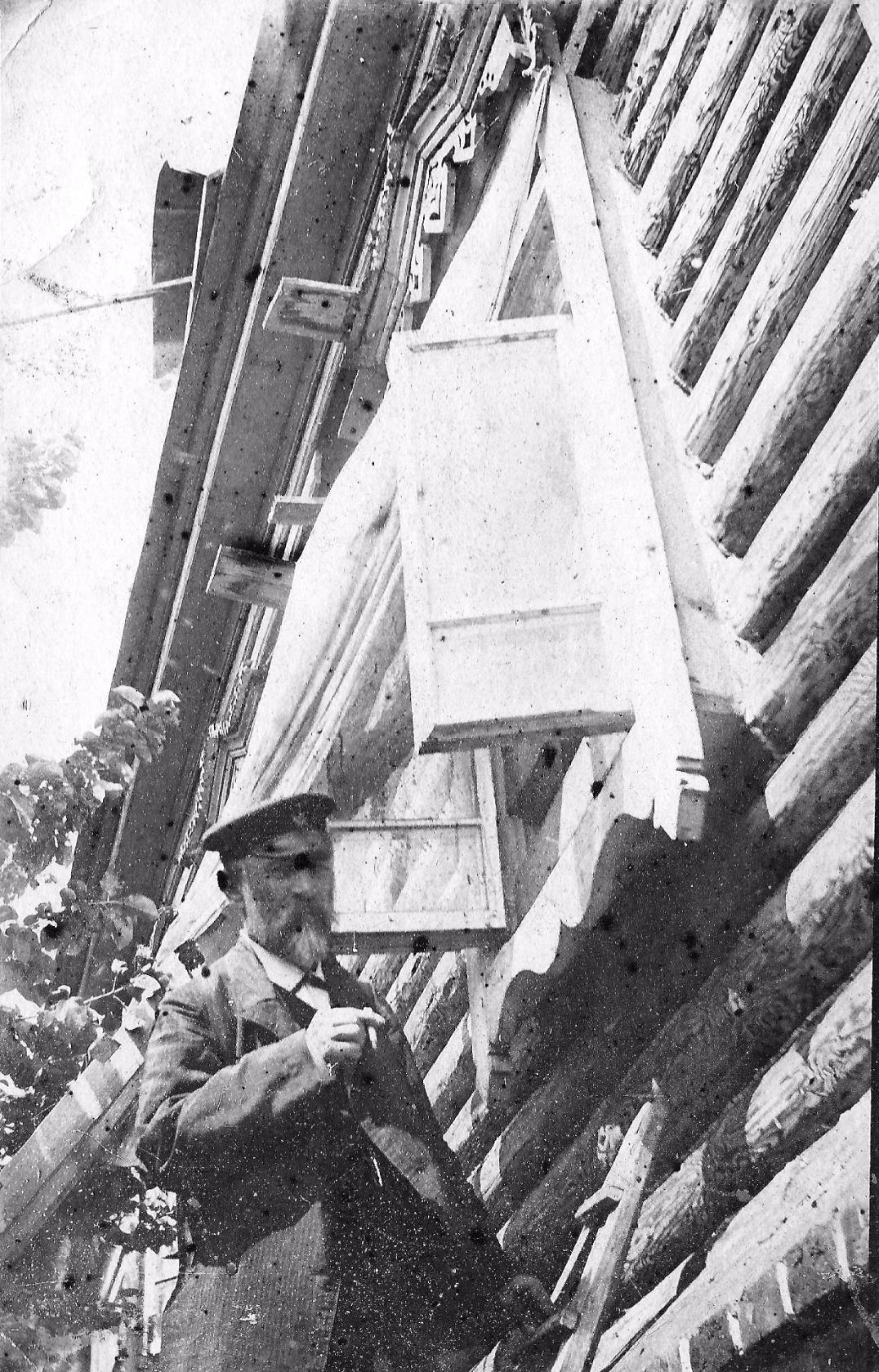 Петр Иванович Горбунов возле своего дома
