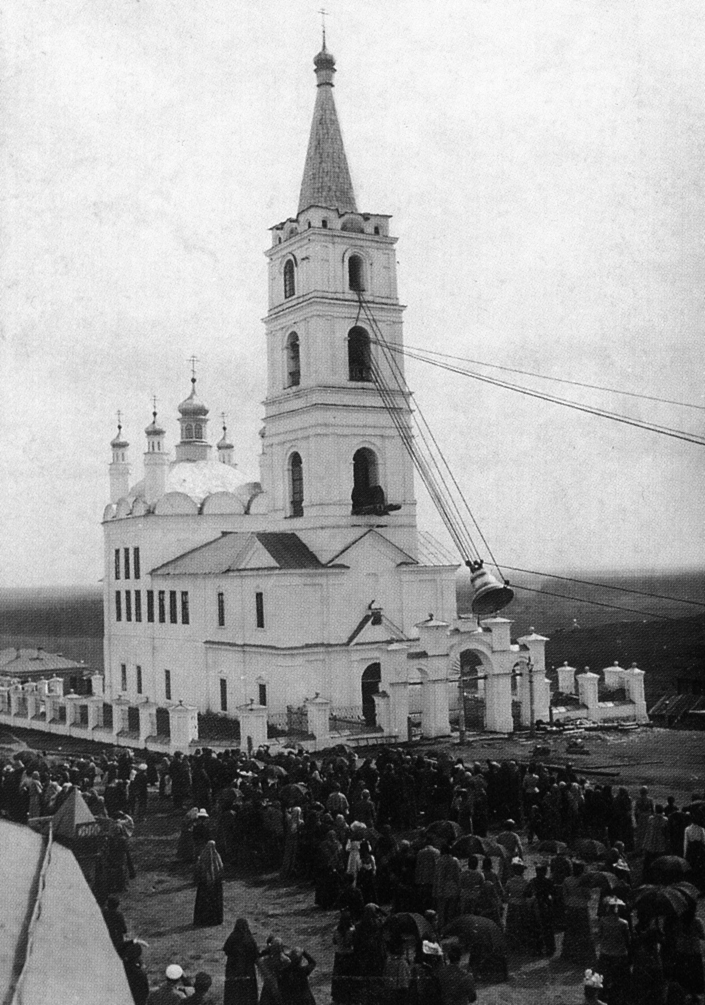 Подъем колоколов на колокольню Преображенской церкви