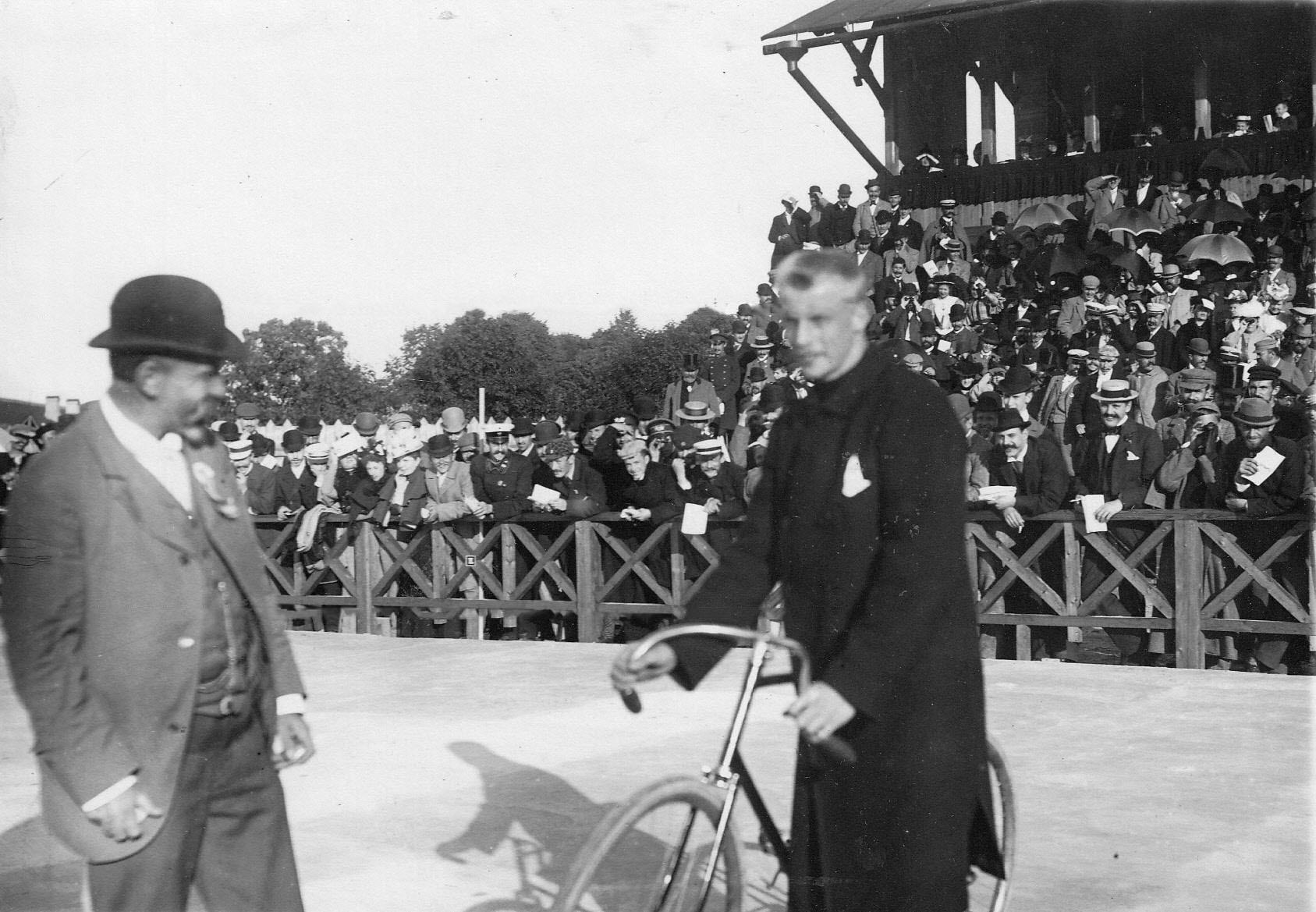Победители гонки на велодроме