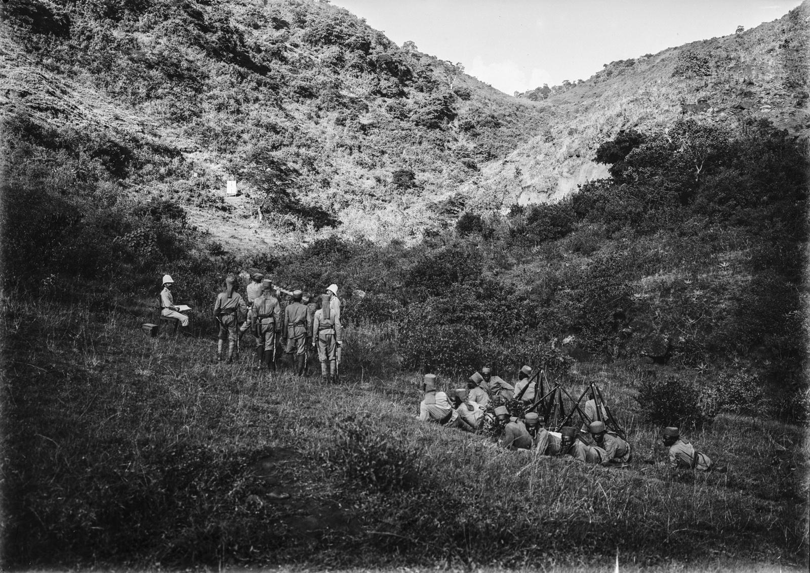 83. Учебные стрельбы. Солдаты немецких колониальных войск , оснащенные огнестрельным оружием Mauser Model 71