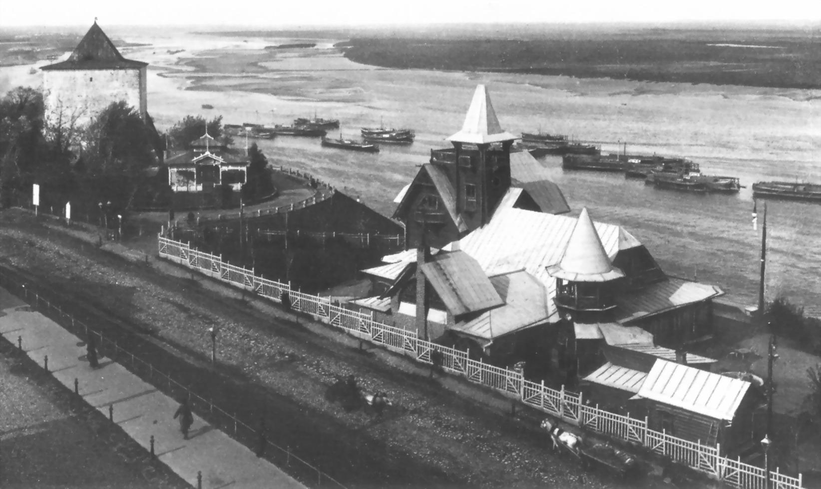 Коммерческий клуб и Георгиевская башня Кремля
