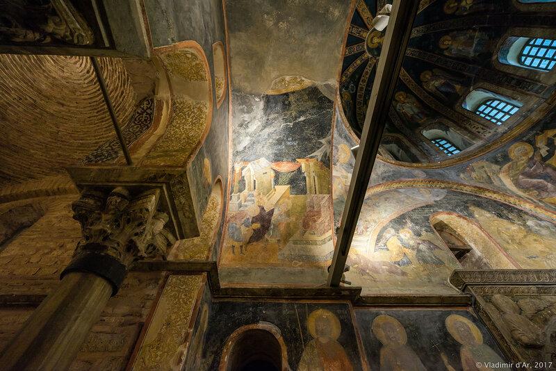 Три библейских священнослужителя, стоящих перед алтарем. . Мозаики и фрески монастыря Хора. Церковь Христа Спасителя в Полях.