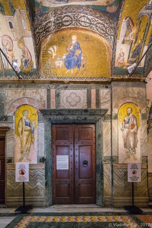 Мозаики и фрески монастыря Хора. Церковь Христа Спасителя в Полях. Вход в наос.