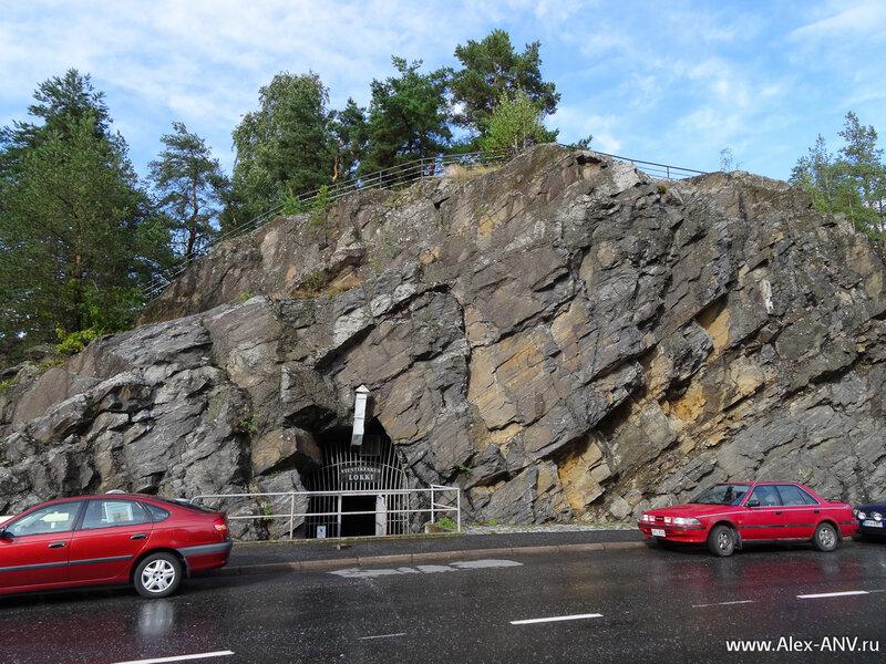 Вот она - скала Найсвуори, под которой выкопаны огромные пещеры.