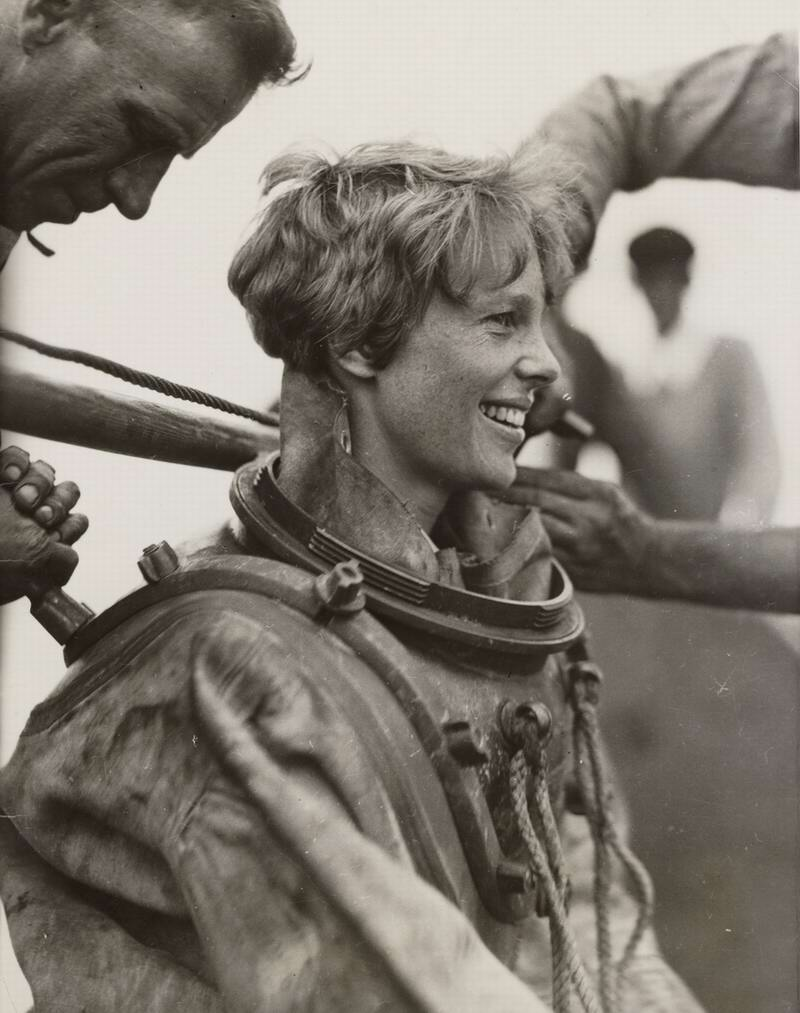 Подготовка к глубоководному погружению: Амелия Эрхарт в тяжелом водолазном костюме (1929 год)