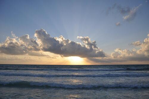 Мексика. Юкатан. Ривьера Майя. Солнце над морем