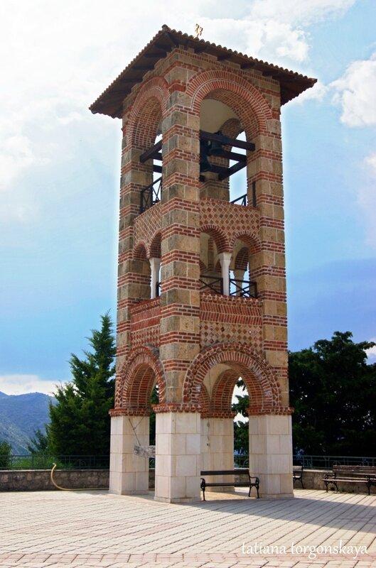 Колокольня рядом с храмом