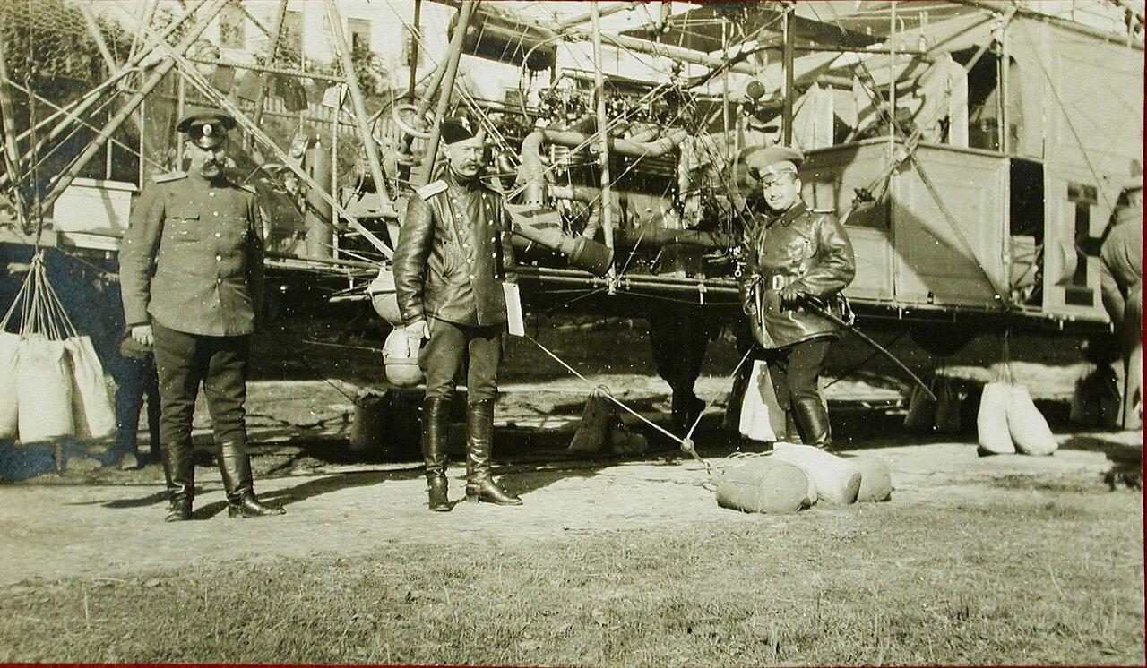 28. Доктор Станишевский (слева),штабс - капитан Тихонравов и поручик Штюрмер (справа) у мотора аэростата Кондор