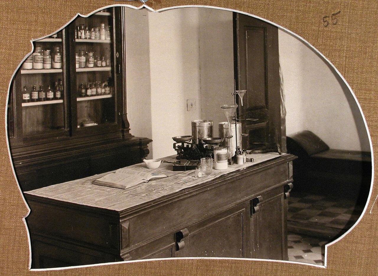 Вид рабочего места для приготовления лекарств в помещении больничной аптеки