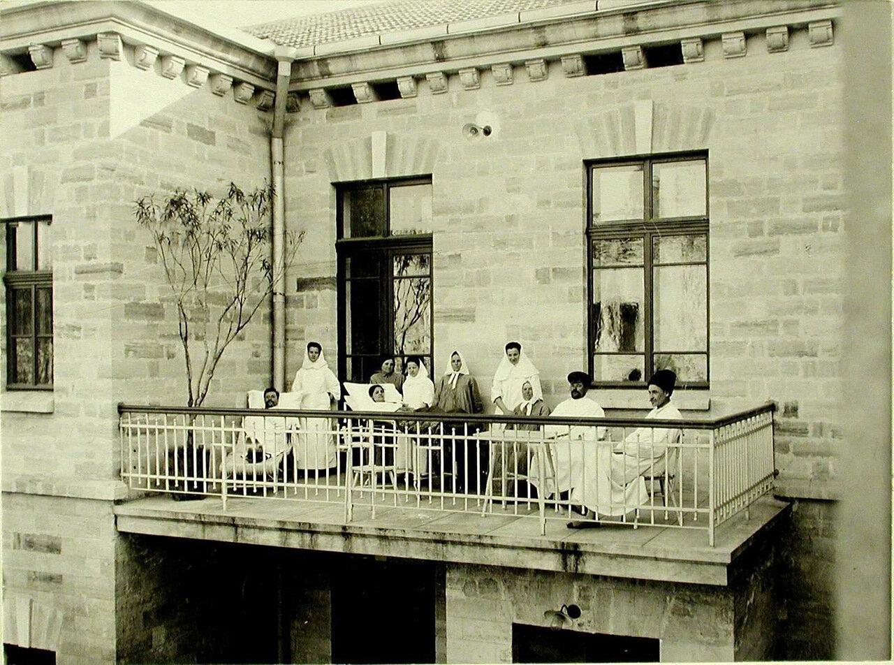 06. Группа больных и сестёр милосердия на балконе больницы