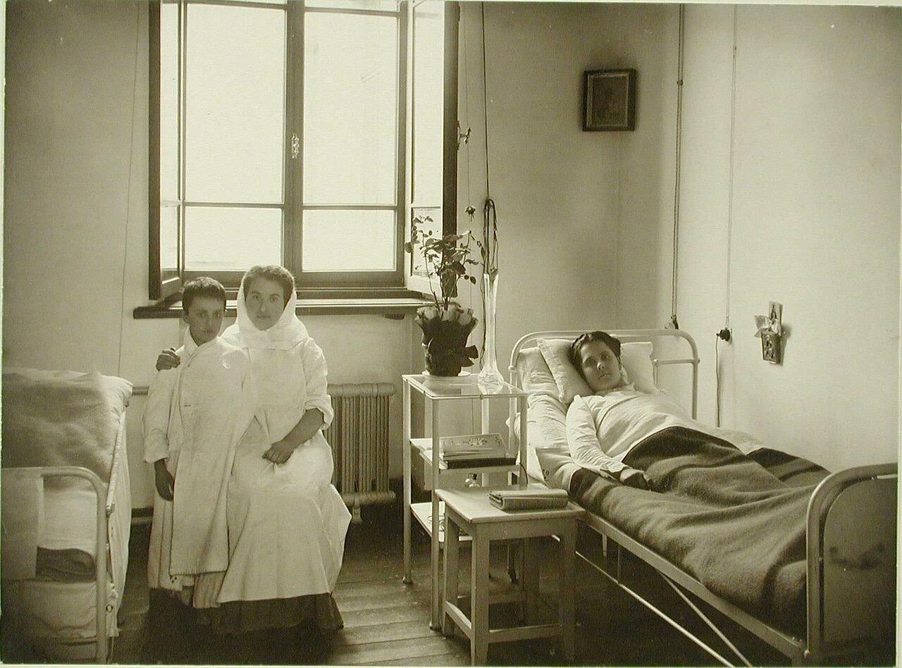 13. Больная и сестра милосердия с мальчиком в одноместной палате больницы