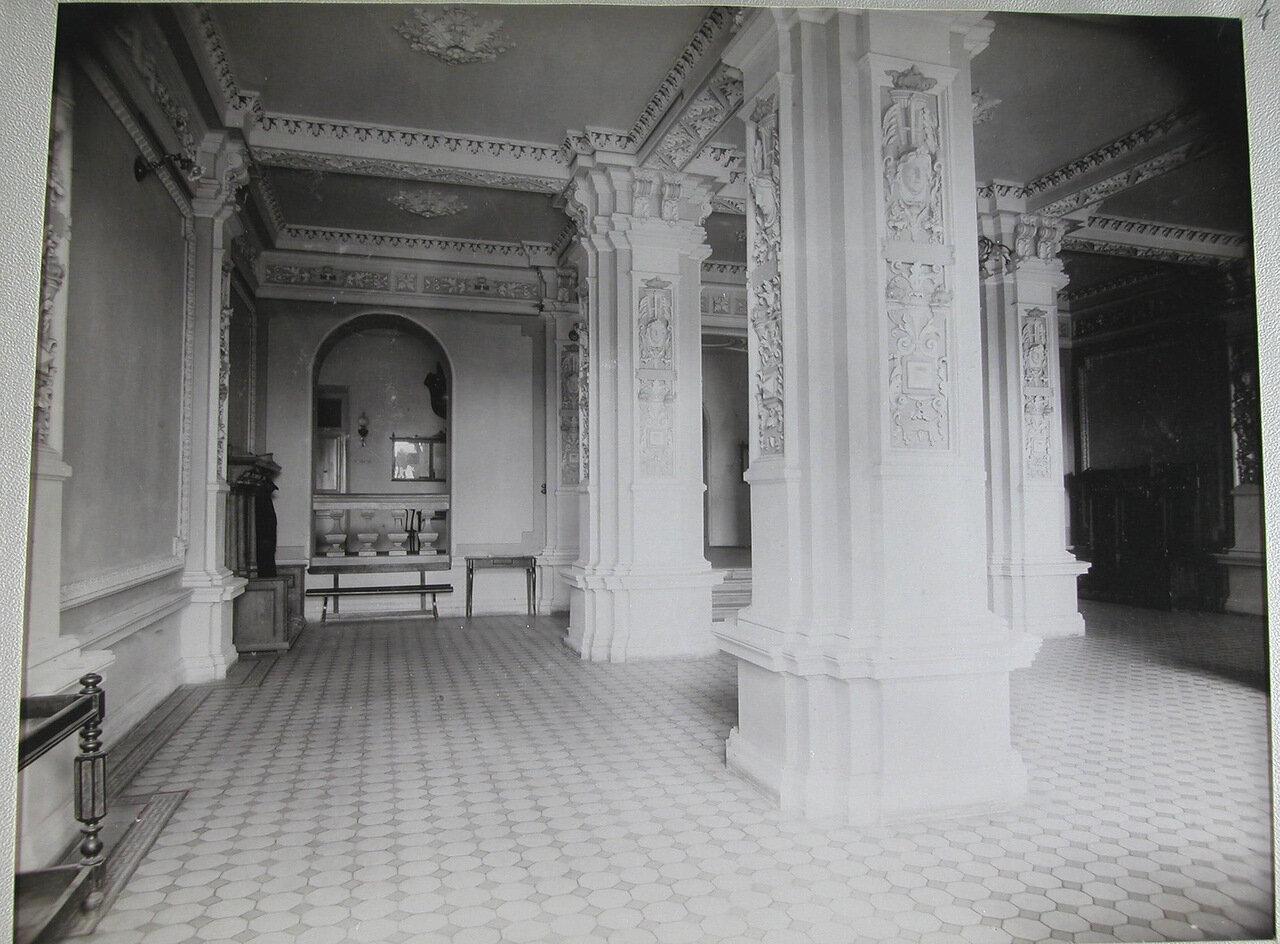 03. Вид части вестибюля в здании училища