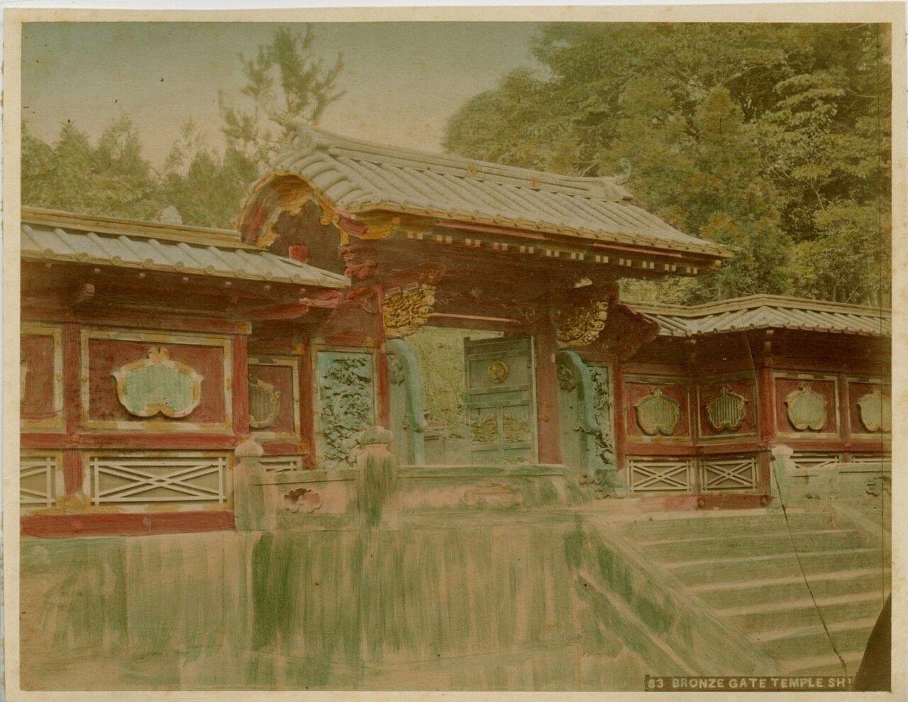 Бронзовые врата храма