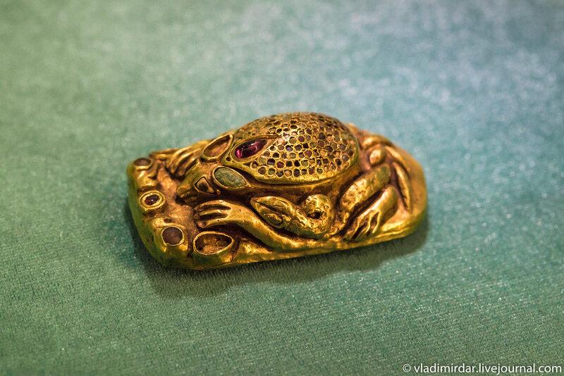 Бляха зооморфная - изображение реликтового степного ежика. Золото Сарматов.