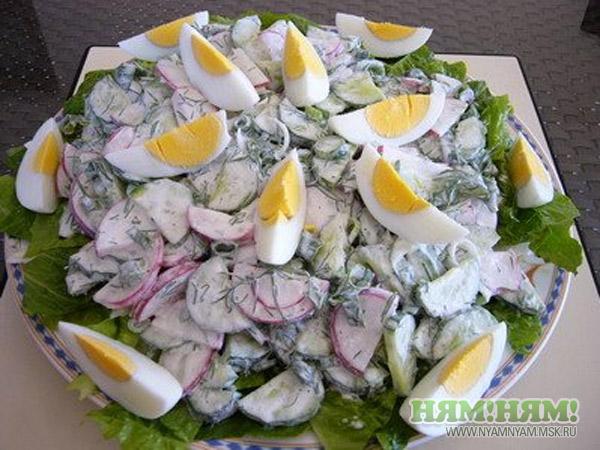 Редис с огурцами и яйцом
