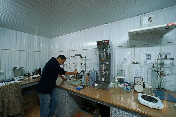 репортажные фотографии труда на винном заводе. фотограф Кузьмин