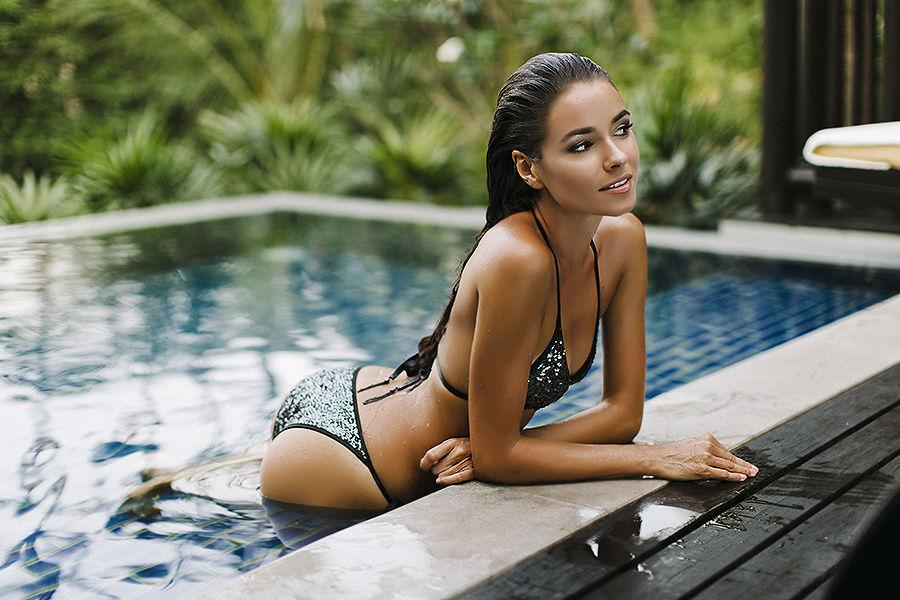 Ирена Понарошку в бассейне