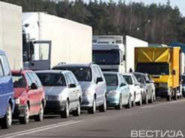 В очередях на границе с Польшей скопилось более 800 автомобилей, с Венгрией - 80, - Госпогранслужба