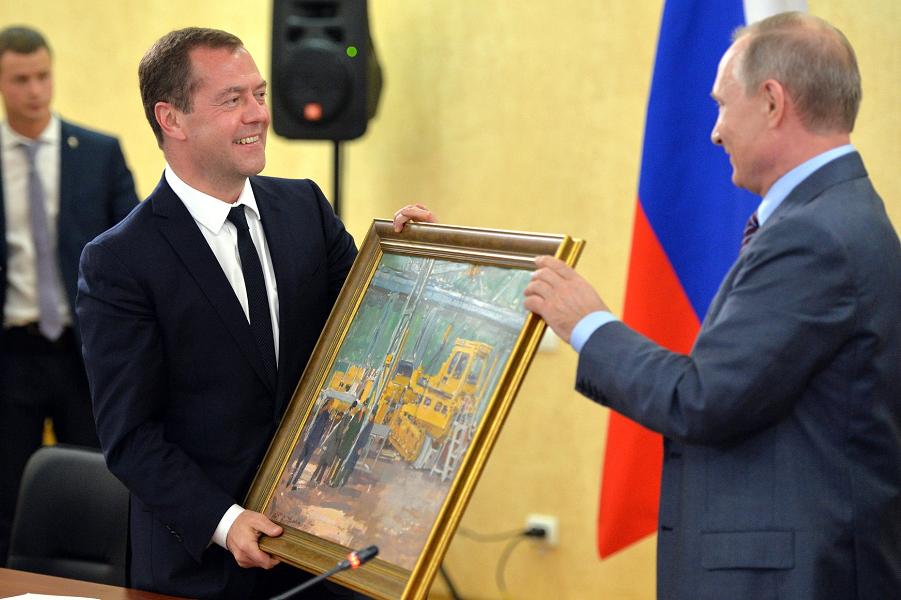 Путин дарит Медведеву картину В цеху неизвестного художника, 15.09.16.png