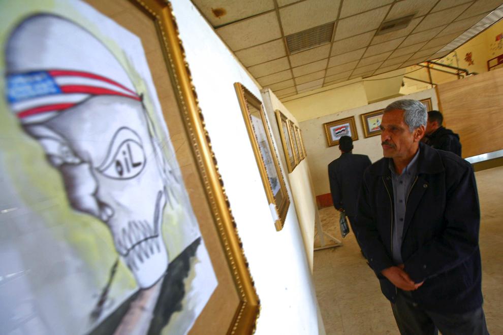 9. Иракец смотрит на анти-американский рисунок на выставке в Кербеле. (Mohammed Sawaf/AFP/Getty Imag