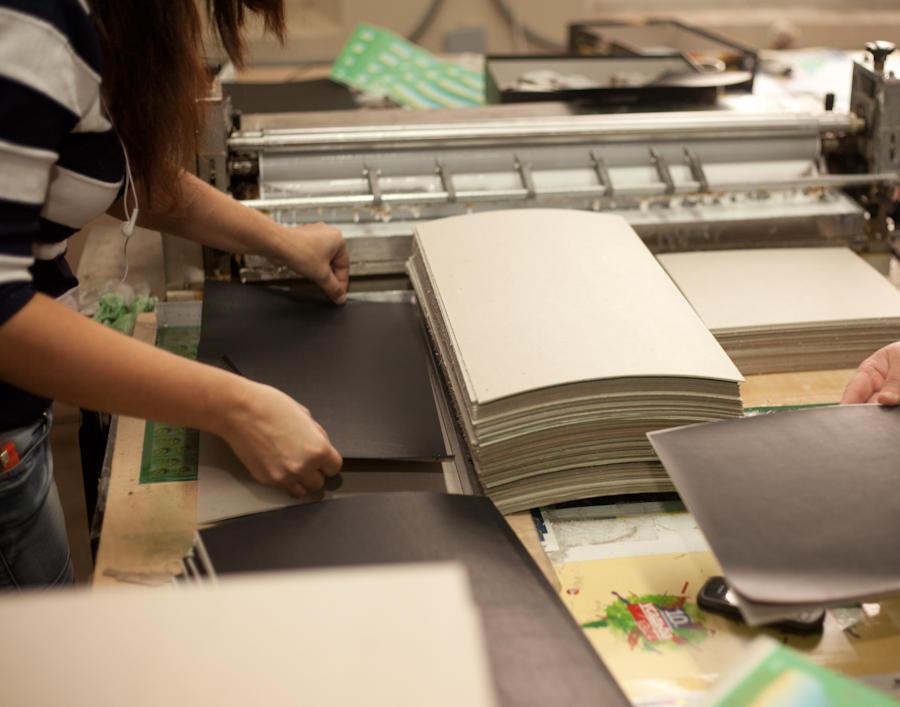 30. Теперь у нас есть тонкие бумажные листы, которые точно повторяют геометрию будущей коробки в раз
