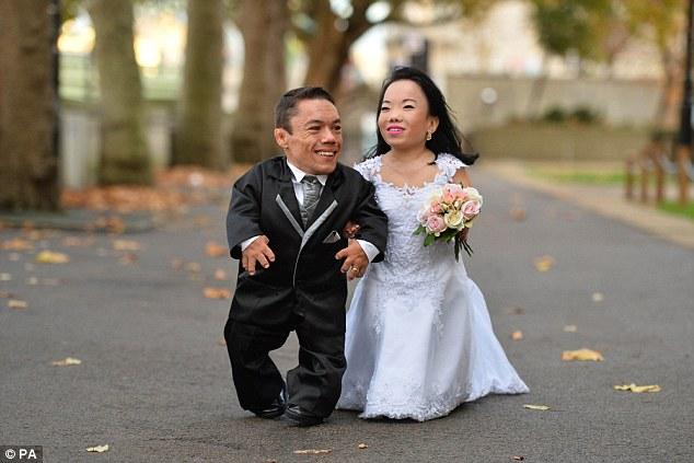 Влюбленные поженились в Лондоне после восьми лет романа, а познакомились они в интернете. «Мы надеем