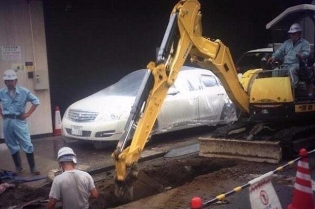 © 24warez.ru  Например, эти дорожные рабочие накрыли пленкой чужую машину, чтобы неиспачкать
