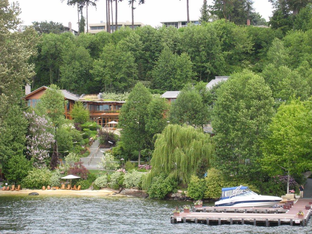 У бассейна своя подводная музыкальная система. Бассейн расположен в отдельном здании площадью 1200 к