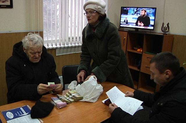 Минута добра: полицейские Днепра вернули дедушке 80 тыс. грн
