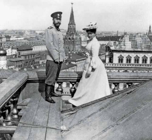 Император Николай II и Императрица Александра Федоровна на крыше Большого Кремлевского дворца.