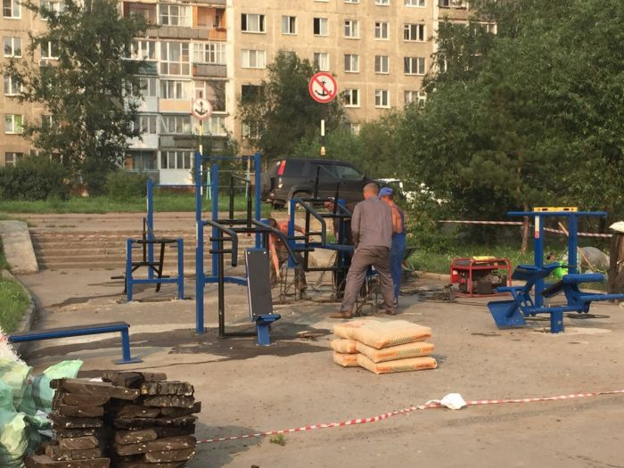 В Омске уличные тренажеры установили посреди тротуара