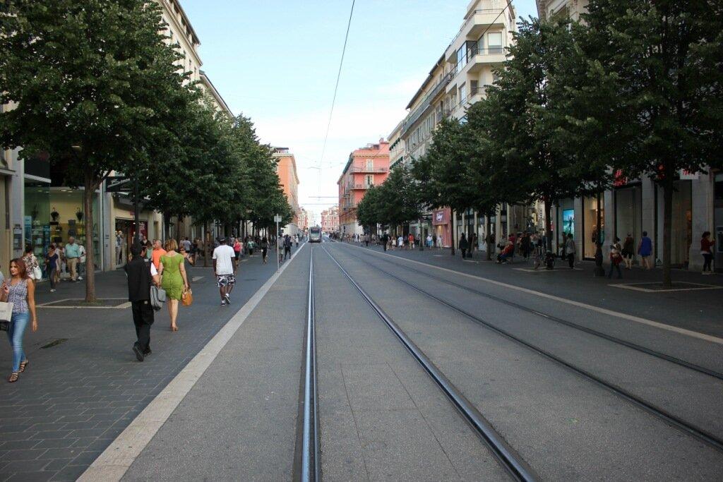 Главная пешеходная улица Ниццы - Avenue Jean Medecin – с трамвайным сообщением