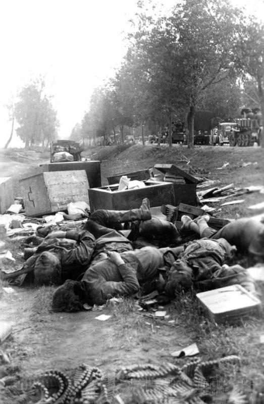 Погибшие сов. солдаты. Тела свалены в придорож. кювет. Мимо идут немцы-2.jpg