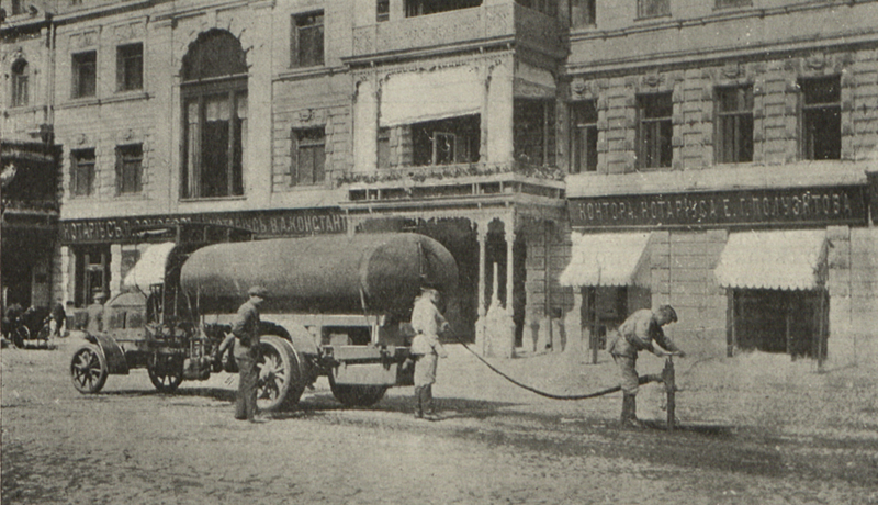 105560 Поливной автомобиль Daimler на Воскресенской площади 1913.jpg