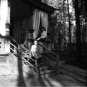 1904. Вешняки. Миша с курицей на перилах. Позади Маня