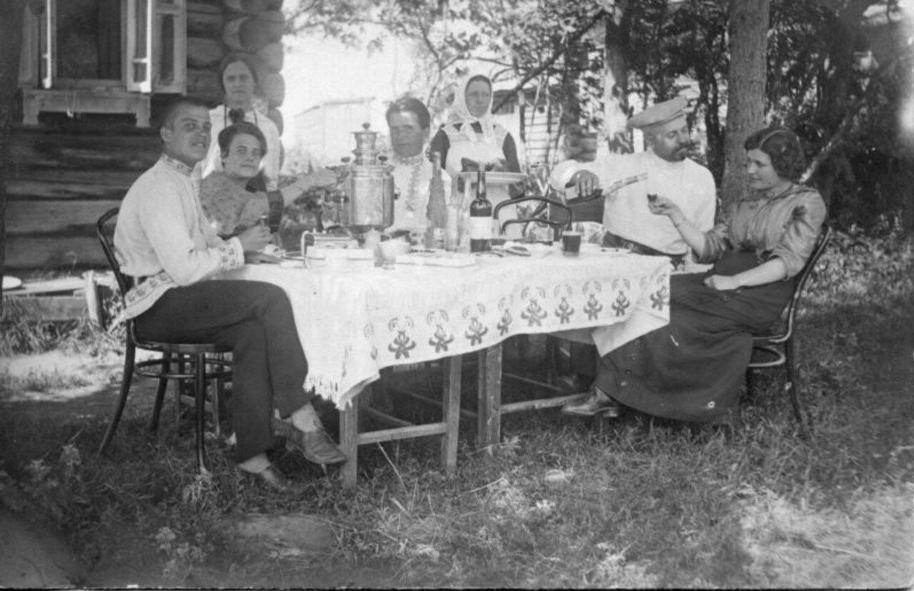 1914. Семья перед домом за столом