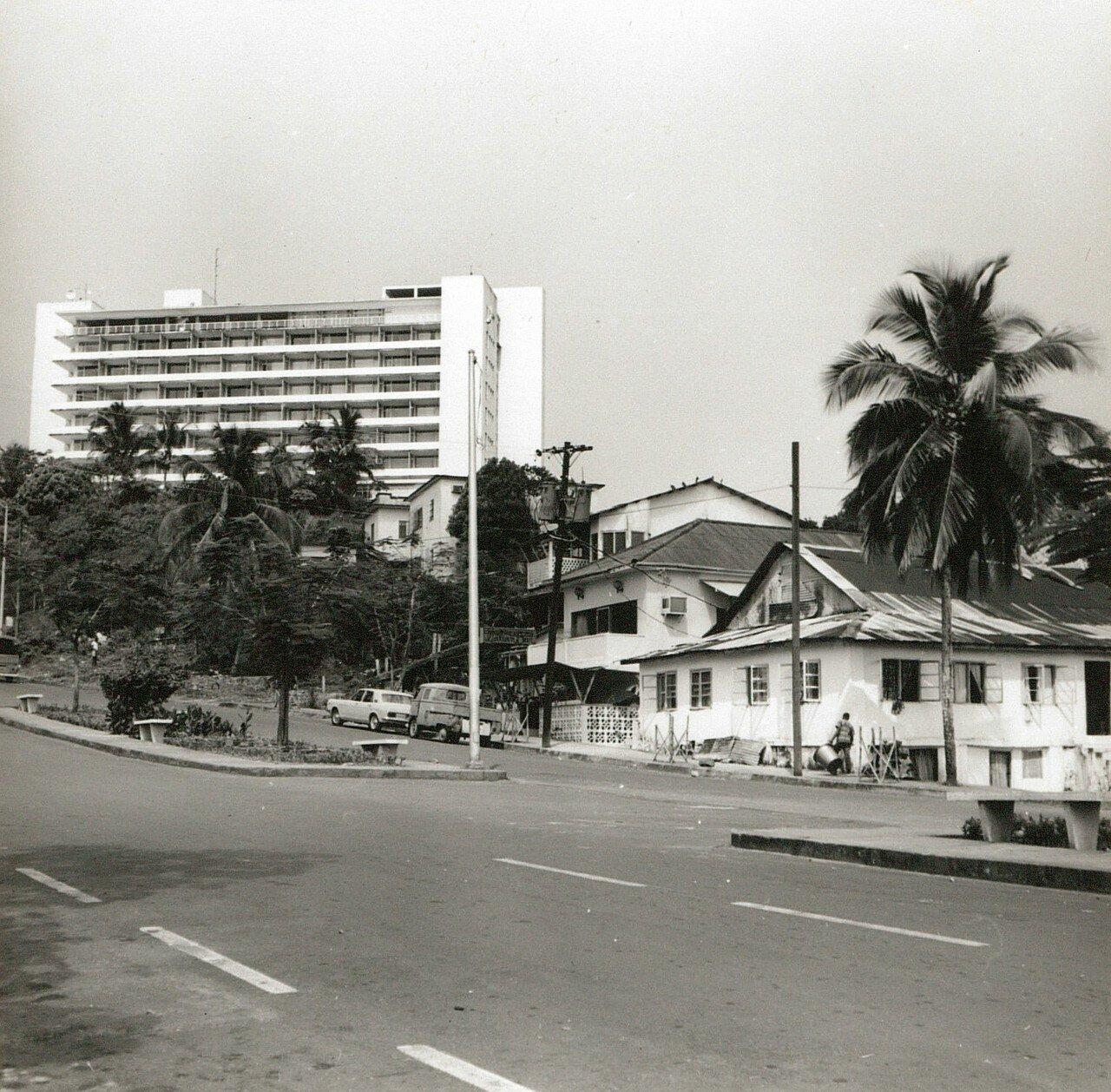 Либерия. Монровия. Улица с современным отелем