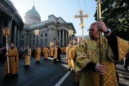 Впереди Виталий Милонов на лихом коне! Вот так он возглавит Крестный ход за полное избавление Святой Северной столицы от гнусных геев. И так будет с каждым!