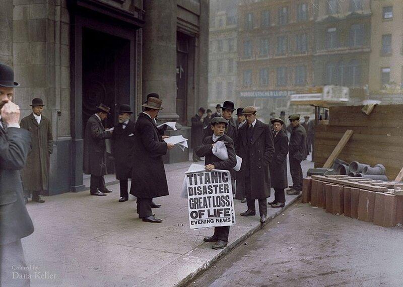 Маленький продавец газет Нед Парфетт распространяет копии газеты, сообщающей о кораблекрушении Титаника предыдущей ночью, 16 апреля 1912 года © Hulton-Deutsch Collection