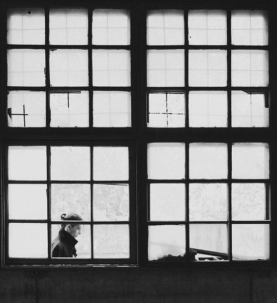 черно белое фото человек в окне