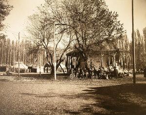 Группа местных жителей у входа в павильон Ташкентского городского управления.