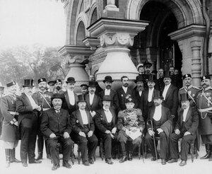 Генерал-адъютант, граф И.Д.Татищев с группой офицеров и гражданскими лицами у главного входа в собор Воскресения Христова.