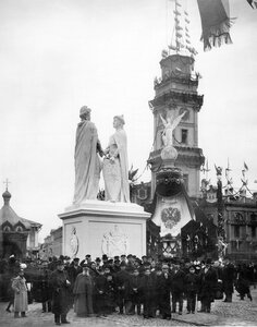 Временное скульптурное сооружение, олицетворяющее дружбу России и Франции, установленное на пересечении Невского проспекта и Михайловской улицы, перед зданием Городской думы