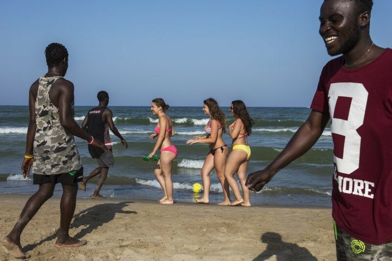 Мигранты на испанском пляже.jpg
