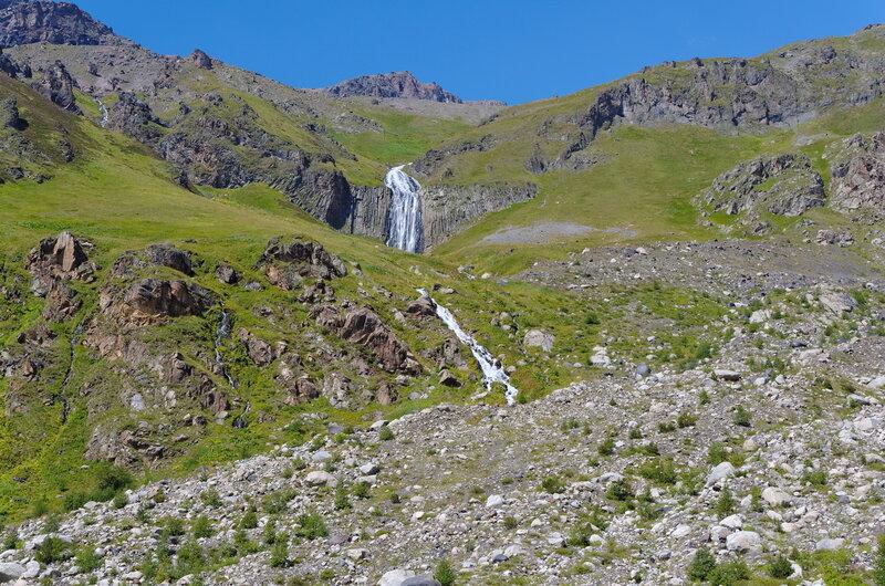 Живописный водопад, это в конце ущелья Терскол