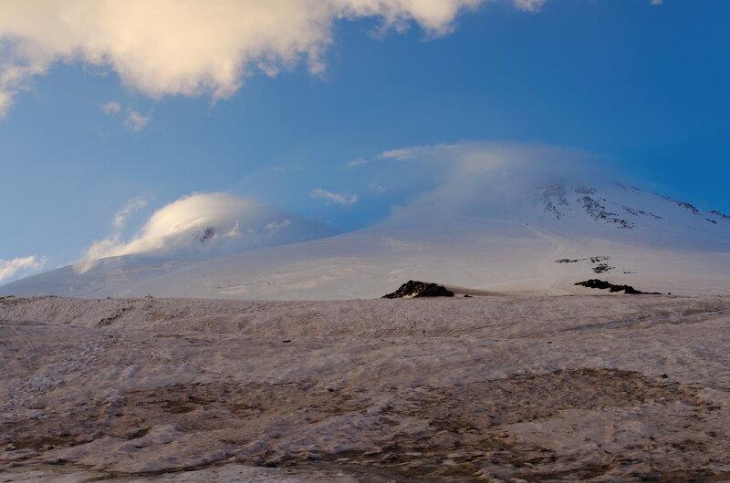 Вид на Эльбрус с вечера. Здесь больше нечем заниматься кроме как разглядывать, когда там разгонит тучи над вершинами