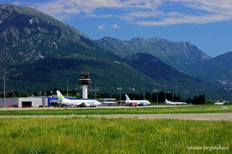 Самолеты в тиватском аэропорту